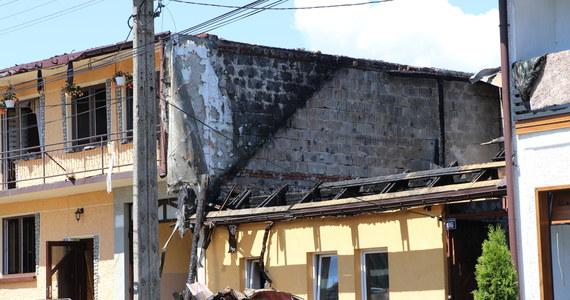 Co najmniej do późnego popołudnia na miejscu wczorajszego pożaru w Nowej Białej na Podhalu pracować będą służby. Ogień uszkodził 44 budynki, w tym 21 domów mieszkalnych. Na miejscu obraduje sztab kryzysowy. Do Nowej Białej przyjechał również premier Mateusz Morawiecki, który zadeklarował pomoc dla mieszkańców. Prokuratura wszczęła śledztwo w sprawie pożaru.
