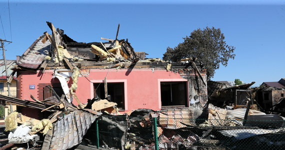 Pięć budynków nadaje się do całkowitej rozbiórki; siedem zostało uszkodzonych podczas akcji gaśniczej; 14 musi być odbudowanych - mówił wojewoda małopolski Łukasz Kmita po posiedzeniu zespołu zarządzania kryzysowego ws. pożaru w Nowej Białej. Tam pożar - według danych Inspektoratu Nadzoru Budowlanego  - uszkodził 25 budynków mieszkalnych, w których mieszkało 27 rodzin - w sumie ponad 100 osób. Spłonęło lub zostało uszkodzonych około 50 obiektów gospodarczych.