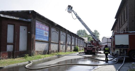 Ciało mężczyzny znaleziono podczas akcji gaśniczej hali produkcyjnej w Chorzowie. Ogień pojawił się w poniedziałek rano. Jedna z rozpatrywanych wersji mówi o tym, że mogło tam dojść do zbrodni. Śledztwo wszczęła już prokuratura.
