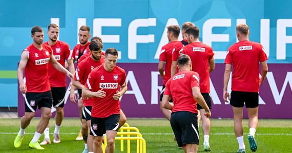 """To już drugie na Euro 2020 starcie Polaków o """"być albo nie być"""": w swoim ostatnim meczu w grupie biało-czerwoni zmierzą się dzisiaj ze Szwecją. Przeciwnik ma już gwarancję gry w 1/8 finału mistrzostw, nam do awansu potrzebne jest zwycięstwo. Jaki wynik spotkania Szwecja – Polska typujecie? Czy zdołamy wyjść z grupy? Zapraszamy do głosowania i komentowania!"""
