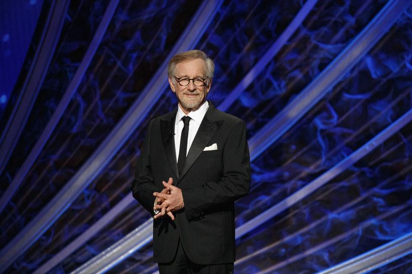 """""""Jeśli tworzysz w formacie telewizyjnym, twoje produkcje są filmami telewizyjnymi. Nie uważam, aby filmy, które pojawiają się w kilku kinach przez tydzień zasługiwały na nominacje do Oscara"""" - mówił jeszcze w 2018 roku Steven Spielberg w kontekście Netfliksa. Trzy lata i jedną pandemię później, należące do Spielberga studio Amblin Partners podpisało kontrakt z Netfliksem, na mocy którego zobowiązało się do wyprodukowania kilku filmów rocznie."""