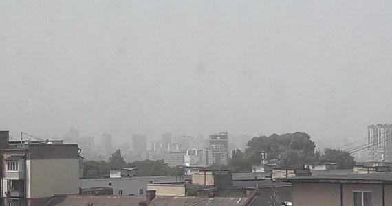 """Nad Kijowem i przedmieściami ukraińskiej stolicy przechodzi we wtorek burza piaskowa. """"Pył został przywiany z astrachańskich stepów"""" - twierdzą meteorolodzy. W mieście są podwyższone wskaźniki koncentracji pyłu w powietrzu, a niebo ma szaro-żółtą barwę."""