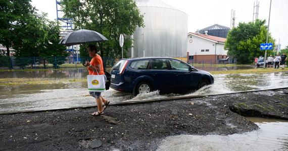 Gwałtowna burza przeszła popołudniu nad Poznaniem. Kilka godzin od jej zakończenia w mieście wciąż są duże utrudnienia – kierowcy stoją w korkach, bo zalane są odcinki dróg. Strażacy jak dotąd wyjechali już do ponad 1,7 tys. interwencji w całym regionie. Zdecydowana większość zgłoszeń dotyczy zalań i podtopień.