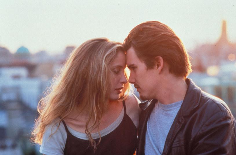 """W 1995 roku na ekrany kin trafił skromny film Richarda Linklatera (""""Boyhood"""") """"Przed wschodem słońca"""", który przedstawił widzom Jessego (Ethan Hawke) i Celine (Julie Delpy). W późniejszych latach powracali oni na ekran dwukrotnie w filmach """"Przed zachodem słońca"""" i """"Przed północą"""". W trakcie pandemii COVID-19 w mediach pojawił się temat powstania czwartej części tej serii umownie znanej jako """"Before"""" (""""Przed""""). Teraz Delpy zdradza w jednym z wywiadów, że odrzuciła propozycję ponownego zagrania roli Celine. Dlaczego? Coraz częściej myśli o filmowej emeryturze."""