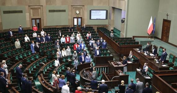 W Sejmie odbyła się seria debat nad odwołaniem ważnych polityków obozu władzy: wicemarszałka Ryszarda Terleckiego, a także ministrów Mariusza Kamińskiego, Jacka Sasina i Michała Dworczyka. Tuż po zakończeniu dyskusji, w nocy posłowie i posłanki wzięli udział w głosowaniu. Wszystkie wnioski zostały odrzucone.