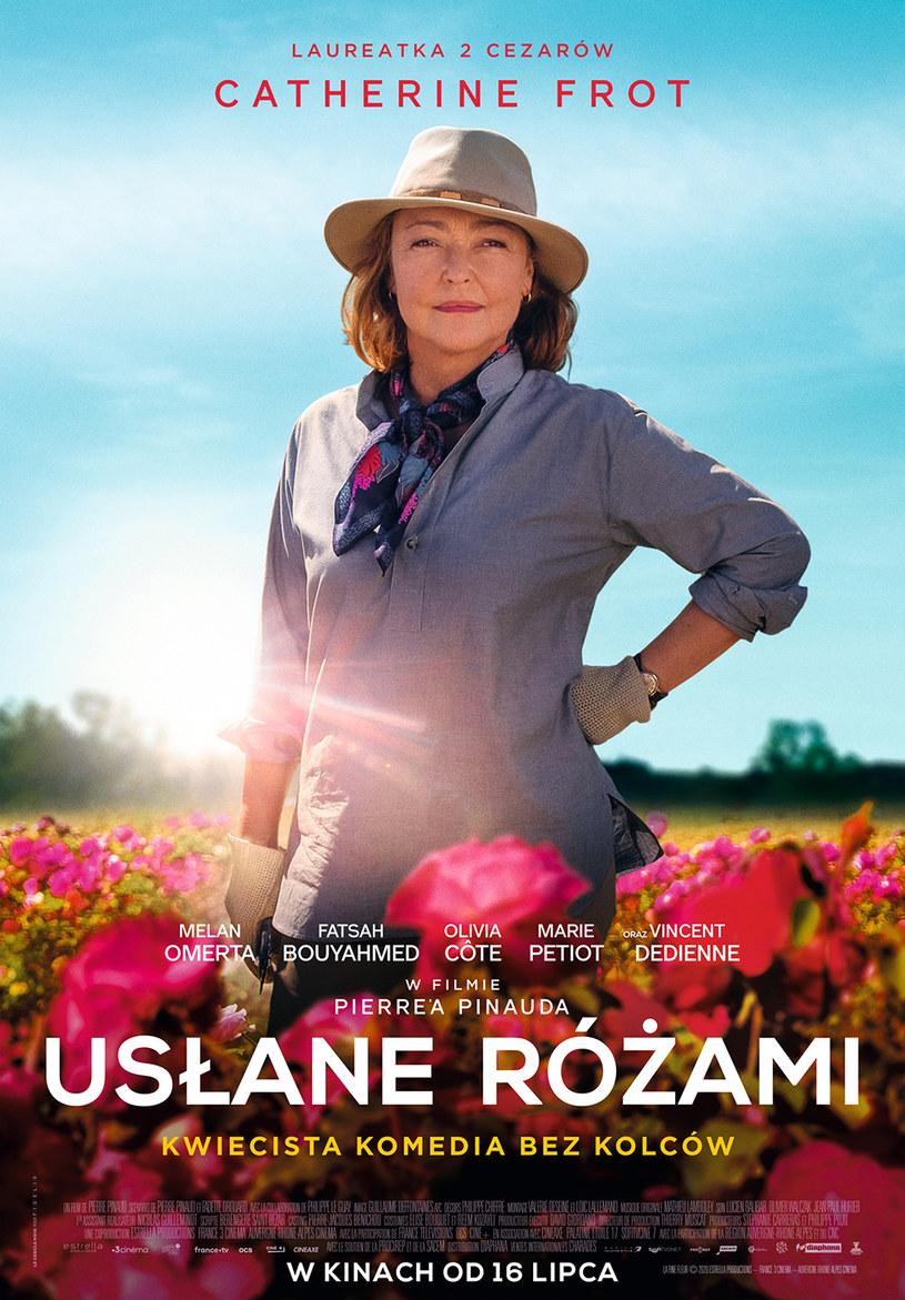 """""""Usłane różami"""", urzekająca i pełna wzruszeń opowieść o tym, że warto kochać życie, sukces odnieść można na wiele sposobów, a każdy triumf jest bezcenną nagrodą, na polskie ekrany trafi 16 lipca. Malarsko sfilmowany obraz francuskiego reżysera Pierre'a Pinauda skrzy się kwiecistą mozaiką kolorów, a obezwładniający zmysły różany aromat zdaje się przekraczać granicę kinowego ekranu. To także historia odważnej kobiety, która stawia czoło daleko potężniejszym od niej graczom."""