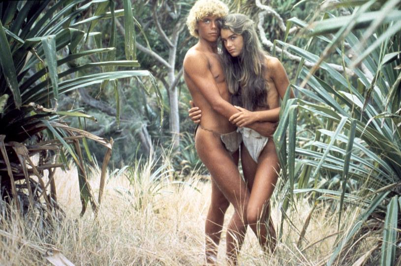 """Brooke Shields niedawno skończyła 56 lat, ale wciąż prezentuje się bardzo młodo. Gwiazda """"Błękitnej laguny"""" pozowała ostatnio do zdjęć ze swoimi nastoletnimi córkami. Efekt? Wyglądają jak rodzeństwo."""