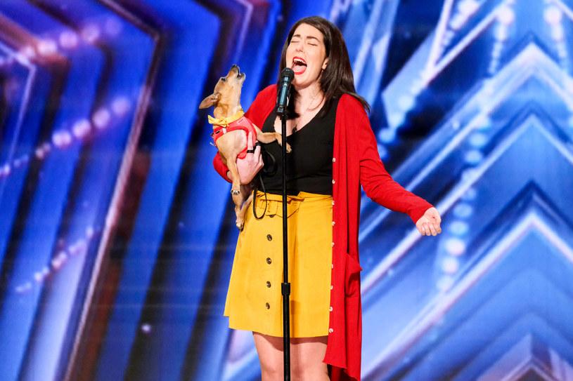 """Do nietypowej sytuacji doszło podczas ostatniego odcinka amerykańskiego """"Mam talent"""". Uczestniczka na scenę weszła z psem, a chwilę później zaśpiewała z nim przebój Celine Dion."""