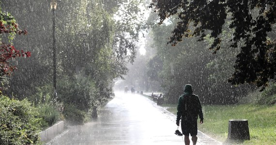 Gwałtowne burze z silnym wiatrem i ulewnym deszczem, a także gradem możliwe są nocą. Uważać powinni szczególnie mieszkańcy południowej, centralnej i wschodniej Polski. Rządowe Centrum Bezpieczeństwa rozesłało w związku z tym alerty.