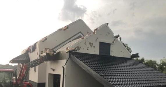 Ogromne zniszczenia po przejściu trąby powietrznej w okolicy Nowego Sącza - zerwane dachy, uszkodzone domy i budynki gospodarcze, połamane drzewa. Jedna osoba została ranna. Żywioł uszkodził 70 budynków - domów  i budynków gospodarczych. Jak zapewnił wojewoda małopolski Łukasz Kmita, poszkodowani mieszkańcy mogą liczyć na pierwsze zasiłki. Na miejscu zebrał się sztab zarządzania kryzysowego. Zdjęcia i filmy z nagłego zdarzenia nadesłaliście na Gorącą Linię RMF FM.