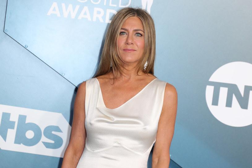 """Jennifer Aniston zmaga się z dyskopatią, do czego przyznała się w ostatnim wywiadzie. Kontuzji kręgosłupa gwiazda """"Przyjaciół"""" nabawiła się podczas treningu na siłowni w październiku ubiegłego roku. Teraz unika siłowych ćwiczeń, zaprzestała też uprawiania joggingu. Jej wybawieniem okazał się natomiast pilates."""