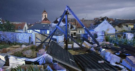 Przez południowe Morawy przewaliło się tornado. Najbardziej ucierpiały miejscowości w powiatach Hodonin i Brzeclav. Zniszczone zostały dwie wioski. 5 osób zginęło, a 150 jest rannych. Wiadomo, że wśród poszkodowanych są dzieci.