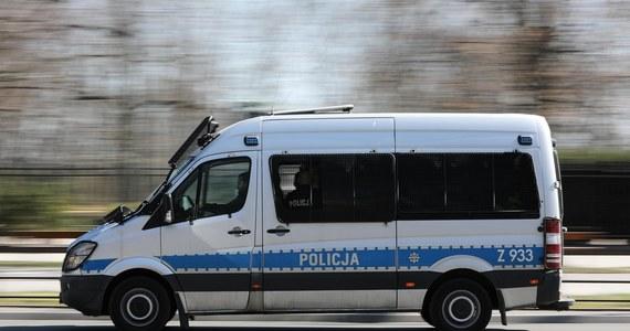 Dramatyczne wydarzenia rozegrały się w Gdańsku. Na jeden z komisariatów policji przyjechała młoda kobieta, w samochodzie przywiozła małe, okołodwumiesieczne dziecko. Nie oddychało. Policjanci i lekarze próbowali prowadzić akcję ratunkową. Niestety, bez skutku.