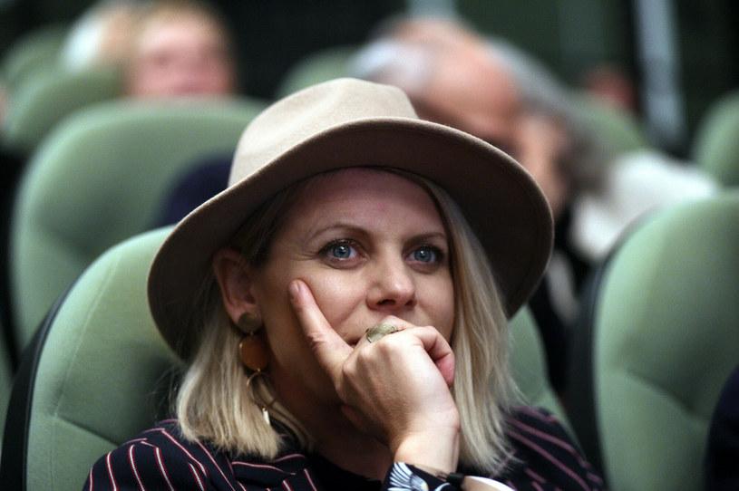 """Maria Sadowska zdobyła popularność jako piosenkarka. Później jednak udowodniła, że równie dobrze radzi sobie jako reżyserka. Widzowie zdążyli ochłonąć po świetnie przyjętym filmie jej autorstwa """"Sztuka kochania. Historią Michaliny Wisłockiej"""", a teraz oczekują już na jej kolejną głośną produkcję - """"Dziewczyny z Dubaju"""". Tymczasem reżyserka pracuje już nad następną filmową opowieścią - komedią romantyczną """"Miłość na pierwszą stronę"""".  Jakim talentem jeszcze nas zaskoczy?"""