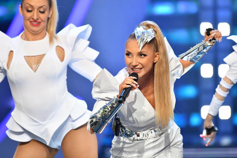 """Cleo to obecnie jedna z najpopularniejszych polskich wokalistek. W sieci pojawił się jej nowy, wakacyjny teledysk do utworu pt. """"Na fali""""."""