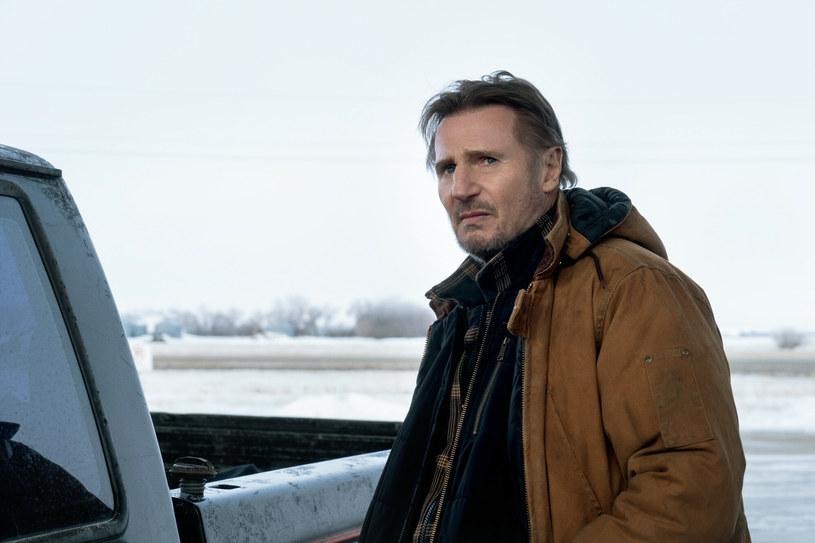 """Scenariusz typowego filmu z Liamem Neesonem wygląda następująco: źli ludzie robią coś, co denerwuje postać graną przez Liama Neesona, więc ta postanawia ich wszystkich zabić. Od czasu """"Uprowadzonej"""" z 2008 roku schemat ten praktycznie się nie zmienia. Lata lecą, Neeson co jakiś czas zapowiada, że zamierza zakończyć karierę gwiazdora kina akcji, a później nic takiego nie ma miejsca. Sam aktor jest zaskoczony, że w wieku 69 lat wciąż ma pełne ręce roboty."""
