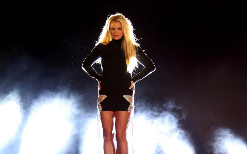 O tym, że 39-letnia wokalistka jest w nadmierny sposób kontrolowana przez swojego ojca mówiło się od dawna. Ale gdy podczas składania zeznań w sądzie Britney Spears wyznała, że jest zmuszana do noszenia wkładki domacicznej, aby tylko nie zaszła ponownie w ciążę, wyraz swojemu oburzeniu dali także inni. W tym były partner gwiazdy Justin Timberlake. Mimo wielu głosów poparcia, piosenkarka uciekła z Los Angeles i ładuje akumulatory na Hawajach.