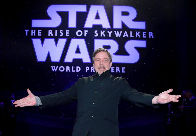 """Niebieskie mleko po raz pierwszy pojawiło się w filmie """"Gwiezdne wojny: Nowa nadzieja"""". Zielone - w """"Gwiezdne wojny: Ostatni Jedi"""". Odtwórca roli Luke'a Skywalkera próbował na planie filmowym obu. Fani kosmicznej sagi zapytali go więc w Internecie, które poleca."""