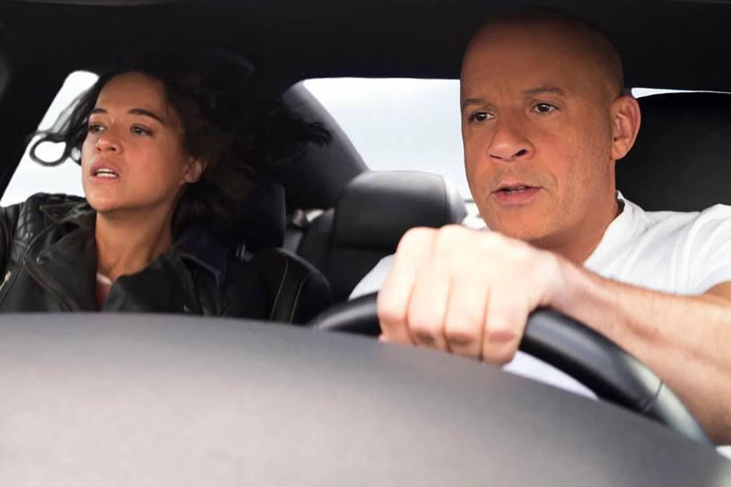"""""""Kino powróciło!"""" - ogłosił Vin Diesel w rozmowie z dziennikarzem magazynu """"Variety"""", komentując kasowy wynik filmu """"Szybcy i wściekli 9"""" w północnoamerykańskich kinach. Dziewiąta odsłona wyścigowej serii podczas weekendu otwarcia zarobiła tam 70 milionów dolarów, co jest niekwestionowanym rekordem pandemii COVID-19. To również najlepsze otwarcie w północnoamerykańskich kinach od czasu filmu """"Gwiezdne wojny: Skywalker. Odrodzenie"""" z 2019 roku."""