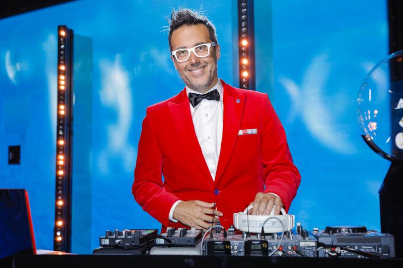 """Po kilku latach przerwy powraca duet Wet Fingers, który tworzą były juror """"Twoja twarz brzmi znajomo"""" DJ Adamus i Mafia Mike. """"Bananowy 2021"""" to ich klubowa wersja przeboju """"Bananowy Song"""" grupy Vox."""