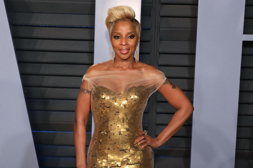 Mary J. Blige, królowa hip hopu i R&B w roku jubileuszu swoich 50. urodzin doczekała się filmu dokumentalnego na swój temat. Przy okazji premiery tej produkcji przyznała, że gdy zaczynała karierę w show-biznesie, wytwórnia muzyczna posłała ją do szkoły dobrych manier.