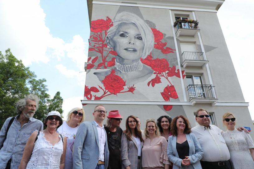 Kora - zmarła niespełna trzy lata temu wokalistka zespołu Maanam - została patronką Promenady Śródmiejskiej w Częstochowie. Innej promenadzie w tym mieście, pomiędzy osiedlami Tysiąclecia i Północ, od 17 lat patronuje inny wybitny artysta - Czesław Niemen.