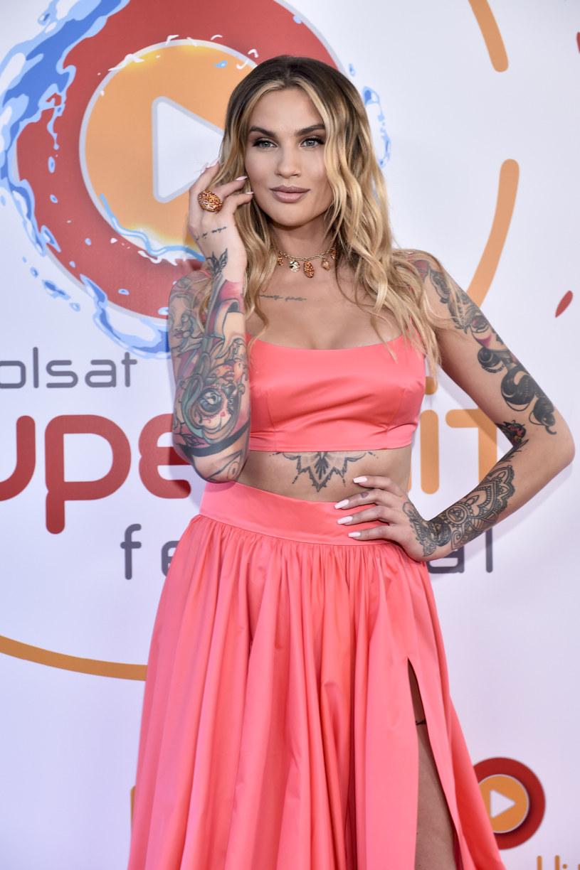 Karolina Gilon została skrytykowana za strój, w którym wystąpiła w roli prowadzącej podczas Polsat SuperHit Festiwal 2021 w Sopocie. Prezenterka odpowiedziała na komentarze, a przy okazji zwróciła uwagę na ważny problem.