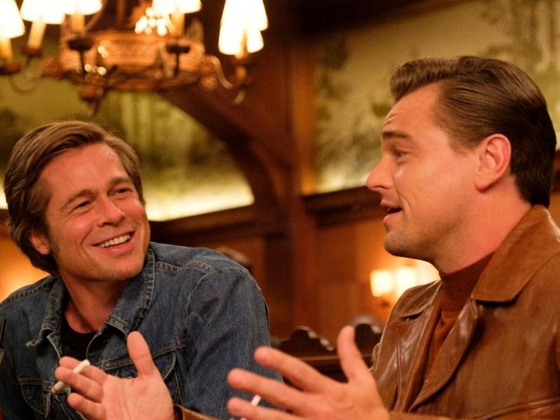 """Trwający dwie godziny i czterdzieści jeden minut ostatni film Quentina Tarantino """"Pewnego razu... w Hollywood"""" już od momentu premiery jest obiektem wielu spekulacji. Niektóre z nich dotyczą ilości materiału, jaki nie znalazł się w ostatecznej wersji filmu. I choć występująca w nim Margot Robbie twierdziła, że istnieje nawet 20-godzinna wersja filmu, sam Tarantino wyjawia, że cały film, wraz z wyciętymi scenami, mógłby trwać około trzech godzin i dwudziestu minut. Mowa więc o wersji dłuższej od filmu kinowego o około czterdzieści minut."""