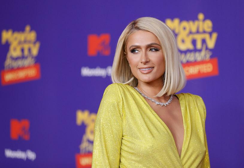 """W zeszłym roku premierę miał głośny dokument """"This Is Paris"""", w którym celebrytka ujawniła szokujące informacje na temat przemocy, jakiej przed laty doświadczała przebywając w szkole z internatem. Paris Hilton powiedziała w nim, że była regularnie poniżana i torturowana psychicznie przez personel placówki. W najnowszym wywiadzie gwiazda zdradziła, że ujawnienie prawdy o traumie pomogło jej uporać się z bezsennością, na którą cierpiała od dawna."""