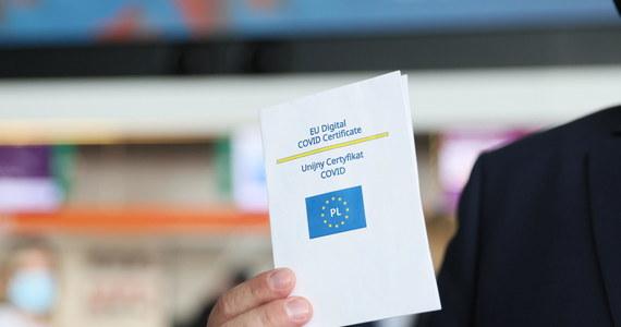 Od 1 lipca w całej Unii Europejskiej ma być uznawany Unijny Certyfikat Covid. Zawiera informacje o szczepieniu, przejściu Covid-19 lub negatywnym teście i ma ułatwiać podróże po Europie. W wielu krajach jego okazanie jest też warunkiem wstępu na koncerty czy mecze. W Berlinie bez certyfikatu nie wejdziemy do sali restauracyjnej, w Austrii nie zameldujemy się w hotelu, we Włoszech nie pójdziemy na dyskotekę.