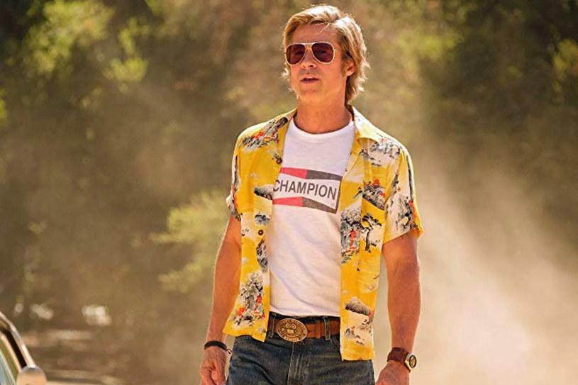 """We wtorek do księgarń w USA trafiła debiutancka powieść Quentina Tarantino """"Once Upon a Time in Hollywood"""". Ta książka jest pokaźnym rozszerzeniem wydarzeń z ostatniego filmu reżysera, """"Pewnego razu... w Hollywood"""". Jak informują pierwsi czytelnicy, powieść przynosi odpowiedź na najbardziej intrygujące pytanie, jakie pojawiło się po seansie filmu. Czy grany przez Brada Pitta kaskader Cliff Booth naprawdę zabił swoją żonę Billie?"""