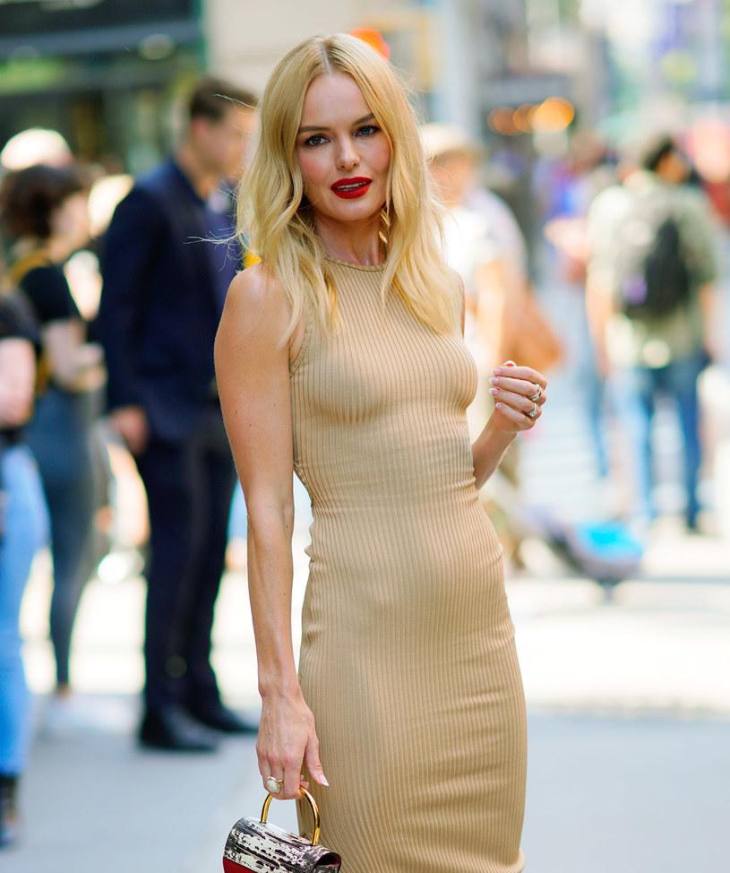 """Rola utalentowanej surferki w filmie """"Błękitna fala"""" z 2002 roku sprawiła, że Kate Bosworth z mało znanej aktorki stała się niezwykle popularną gwiazdą. Jak się jednak okazuje, ta sława przyszła za szybko. Dziś aktorka wspomina, że nagły wzrost zainteresowania mediów był dla niej na tyle przytłaczający, że negatywnie odbił się na jej zdrowiu i relacjach z bliskimi. """"To był naprawdę ciężki okres, a ja kompletnie nie umiałam poradzić sobie ze sławą, nie potrafiłam nawet komunikować się z rodziną i przyjaciółmi. Straciłam dużo na wadze, czułam, że jestem pod nieustanną obserwacją"""" – stwierdziła Bosworth."""