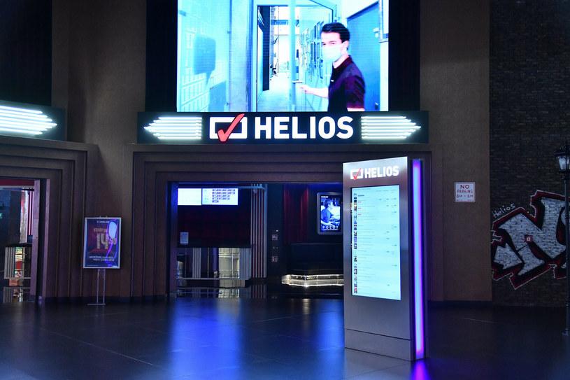 """Sieć kin Helios wycofała się z pomysłu wprowadzenia oddzielnych biletów dla osób zaszczepionych. """"W ostatnim czasie spotkaliśmy się z niewyobrażalnym wręcz atakiem nienawiści, dotyczącym wprowadzenia przez nas rozwiązania mającego na celu umożliwienie jak największej liczbie widzów oglądania filmów w bezpiecznym środowisku"""" – czytamy w oświadczeniu."""