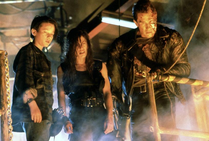 """Pierwszy """"Terminator"""" na dobre rozpoczął błyskotliwą karierę reżyserską Jamesa Camerona i ostatecznie uczynił z Arnolda Schwarzeneggera gwiazdę kina akcji. Jego sequel przewyższał pierwszą część niemal w każdym aspekcie. Przełomowe efekty specjalne do dziś robią wrażenie, a grany przez Roberta Patricka T-1000 uchodzi za jednego z najbardziej przerażających złoczyńców w historii. W filmie debiutował także nastoletni Edward Furlong, któremu wróżono błyskotliwą karierę. 1 lipca 2021 roku mija 30 lat od premiery filmu """"Terminator 2: Dzień sądu""""."""