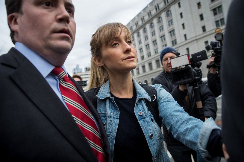 """Allison Mack, aktorka znana przede wszystkim z roli Chloe Sullivan w serialu """"Tajemnice Smallville"""", została skazana na trzy lata więzienia. Mack przyznała się do rekrutowania kobiet do uważanej za sektę organizacji NXIVM, a następnie zmuszania ich do seksu ze stojącym na jej czele Keithem Ranierem."""
