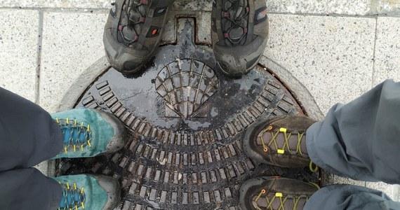 """Przez internet można kupić wiele elementów odzieży czy wyposażenia turystycznego, ale buty powinniśmy przymierzyć i wybrać w sklepie. I warto na to przeznaczyć nieco więcej czasu - przekonuje Kazimierz Stagrowski, przewodnik tatrzański, właściciel sklepu """"Wierchy"""" w Krakowie, najstarszego z działających wciąż w Polsce sklepów górskich. W rozmowie z RMF FM tłumaczy, na co powinniśmy zwrócić uwagę, gdy chcemy dobrze wyposażyć się na długą pieszą wędrówkę. I dlaczego od deszczu najlepszy jest… parasol."""