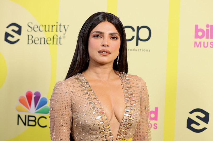 """Słynna hinduska aktorka, producentka filmowa i modelka została niedawno nową ambasadorką popularnej marki kosmetycznej Max Factor. W rozmowie z brytyjskim magazynem """"Vogue"""" Chopra, która zaliczana jest do najpiękniejszych hollywoodzkich gwiazd, opowiedziała o tym, jak na co dzień dba o urodę i samopoczucie. Jednym z kluczowych nawyków, którym zawdzięcza nieskazitelną cerę i silny układ odpornościowy, jest picie o poranku szklanki wody miedzianej."""