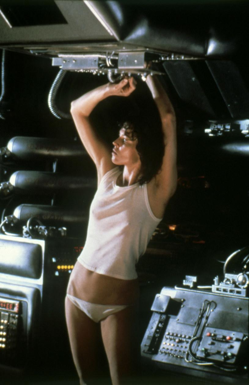 """Ellen Ripley, w którą wcieliła się Sigourney Weaver, to jedna z najsłynniejszych postaci kobiecych w historii kina. W kilku filmach serii """"Obcy"""" z powodzeniem stawiała czoła kosmicznym potworom, xenomorfom. Po kilku filmach fabularnych, seria """"Obcy"""" trafi teraz na mały ekran. Twórcą serialu roboczo nazwanego """"Alien"""" jest Noah Hawley (""""Fargo""""), który podkreśla, że nie pojawi się w nim postać Ripley."""