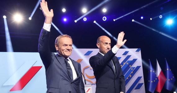 """Dziś, drogi Donaldzie, chcę Ci przekazać stery w Platformie Obywatelskiej. Chcę, żebyś poprowadził nas do zwycięstwa - mówił Borys Budka podczas posiedzenia Rady Krajowej PO. """"Tak wróciłem. Wróciłem, jak powiedział Borys, na 100 procent"""" - przyznał sam Donald Tusk. """"Idziemy po zwycięstwo, bo się was nie boimy. Idziemy po zwycięstwo, bo nie jesteśmy bezradni"""" - przekonywał były premier."""