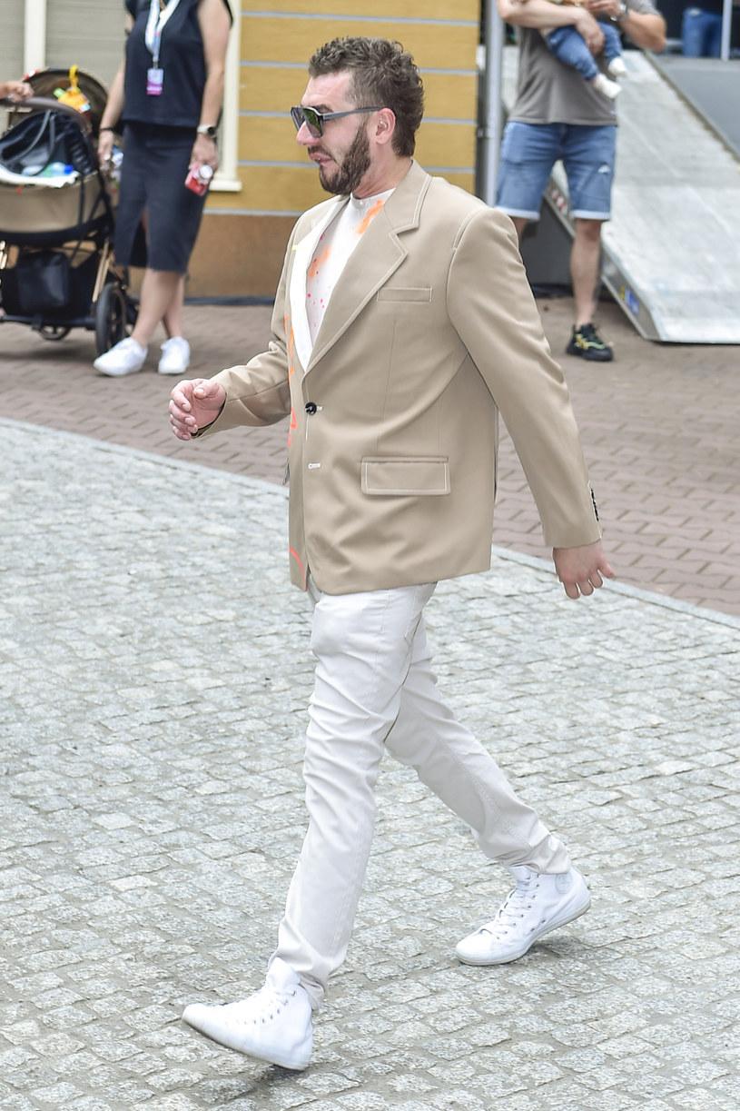 """""""W środku dalej szlocham"""" - mówi Kamil Bednarek, który wrócił na scenę podczas Polsat SuperHit Festiwalu w Sopocie. Wokalista właśnie wypuścił nowy album """"Bednarek inaczej"""", który promuje singel """"MMXXI""""."""