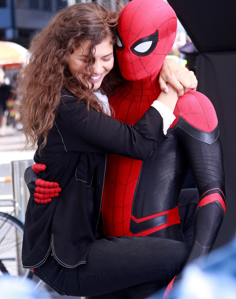 Od dawna mówiło się o tym, że Tom Holland i Zendaya są parą nie tylko na planie filmów o Spider-Manie. Ostatnie zdjęcia potwierdzają spekulacje mediów.