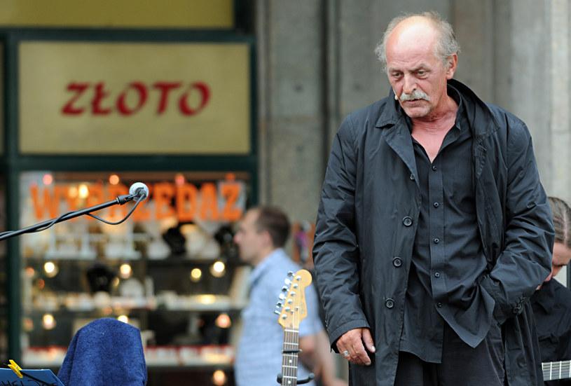 Jan Janga Tomaszewski jest kompozytorem, wykonawcą piosenek aktorskim oraz aktorem, przede wszystkim dubbingowym. Pochodzący z Krakowa artysta walczy z chorobą nowotworową i znajduje się w trudnej sytuacji materialnej. Jego przyjaciel prosi o pomoc.