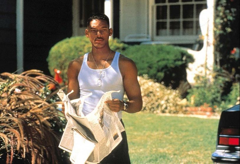 """Choć dzisiaj trudno wyobrazić sobie """"Dzień niepodległości"""" bez Willa Smitha, jak się okazuje, studio 20th Century Fox było pierwotnie przeciwne obsadzeniu go w jednej z głównych ról. Powodem było przekonanie producentów filmowych z Hollywood, że widzowie spoza Stanów nie chodzą do kina na filmy z czarnoskórymi aktorami. Pomysł obsadzenia Smitha obronili jednak reżyser filmu Roland Emmerich oraz producent Dean Devlin."""