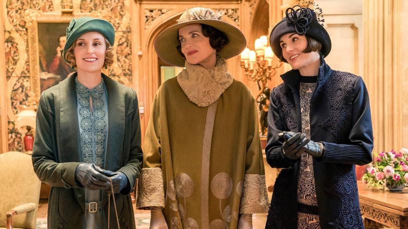 """Później niż pierwotnie zakładano trafi do kin druga część pełnometrażowej kontynuacji popularnego serialu """"Downton Abbey"""". Fani będą zmuszeni poczekać o trzy miesiące dłużej. Zamiast ogłoszonej wcześniej na 22 grudnia tego roku daty premiery, """"Downton Abbey"""" zawita do kin 18 marca 2022 roku."""