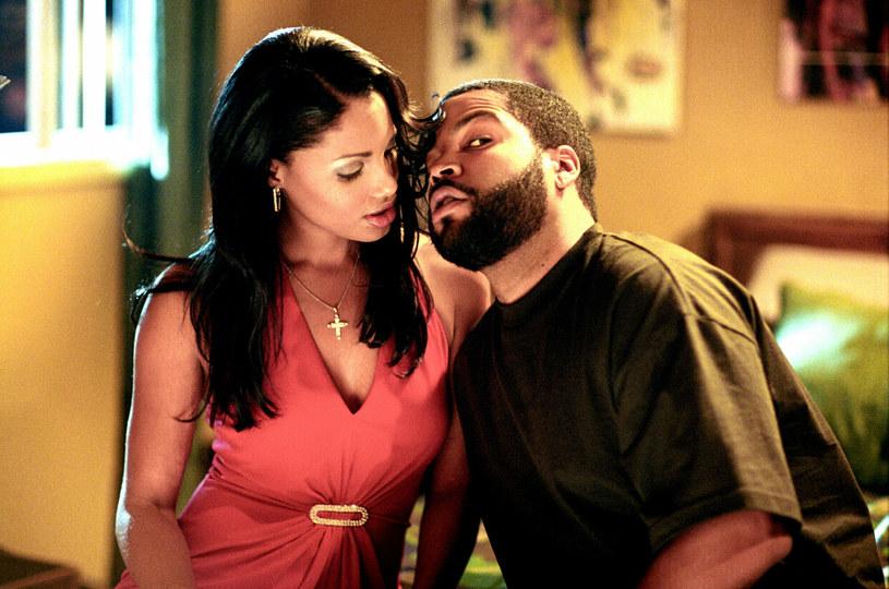 """Wyreżyserowany przez F. Gary'ego Graya """"Piątek"""" z 1995 roku to jedna z najbardziej rozpoznawalnych afroamerykańskich komedii. Stała się na tyle popularna, że doczekała się później dwóch kontynuacji. Od niemal dziesięciu lat trwają próby nakręcenia czwartej części. Według najnowszych informacji, na przeszkodzie w jej powstaniu stoi spór pomiędzy gwiazdą filmu, Ice Cubem a studiem Warner Bros."""