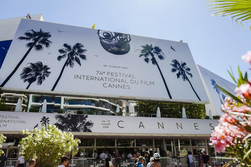 """24 filmy, wśród nich """"A Hero"""" Asghara Farhadiego, """"Three Floors"""" Nanniego Morettiego i """"Kurier Francuski z Liberty, Kansas Evening Sun"""" Wesa Andersona, powalczą o Złotą Palmę podczas rozpoczynającego się we wtorek 74. Międzynarodowego Festiwalu Filmowego w Cannes."""