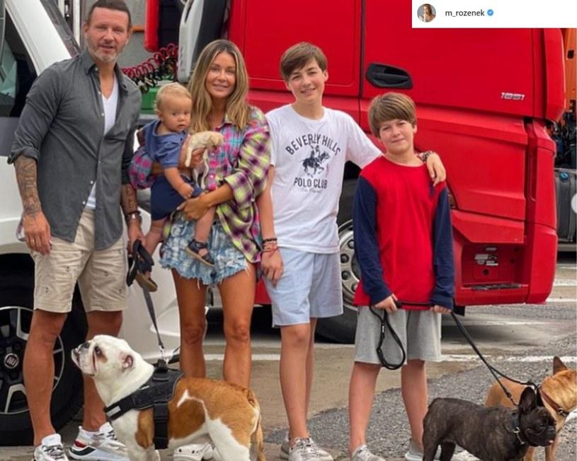 """Małgorzata Rozenek i Radosław Majdan zabrali rodzinę na wakacje do Szwecji. Wybrali w tym celu nieoczywisty środek lokomocji - podróż camperem. Celebrytka nie mogła pozostawić w tym czasie swoich fanów i szczegółowo relacjonuje na Instagramie każdy kolejny etap ich podróży. """"Nasz wesoły autobus jest już w Szwecji"""" - ogłosiła. """"Dzisiaj camping, będziemy pierwszy raz"""" - poinformowała."""