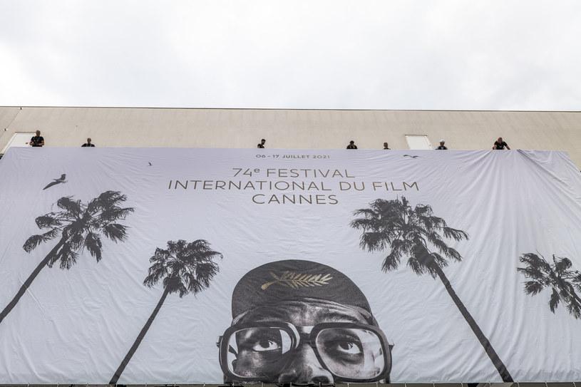 """6 lipca rusza 74. edycja Międzynarodowego Festiwalu Filmowego w Cannes. Jak informuje portal """"Variety"""", organizatorzy festiwalu postawili na dość kontrowersyjną metodę sprawdzania, czy przybywający na tę imprezę goście nie są zakażeni koronawirusem. Chętni do tego, by uczestniczyć w tym festiwalu, muszą pluć do probówek."""