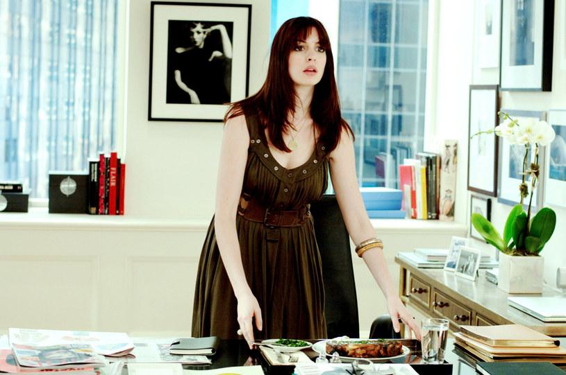 """Występ w komedii """"Diabeł ubiera się u Prady"""" był przełomowym momentem w jej karierze. Dlatego gdy prace nad tym filmem dobiegły końca, Anne Hathaway postanowiła zabrać na pamiątkę część swojego kostiumu. """"Na potrzeby roli sporo schudłam, a chcieliśmy pokazać fizyczną przemianę Andy. Musiałam więc nosić specjalną wkładkę powiększającą pośladki. Gdy skończyliśmy zdjęcia, zabrałam ją do domu, oprawiłam i powiesiłam na ścianie"""" - ujawniła w najnowszym wywiadzie aktorka."""