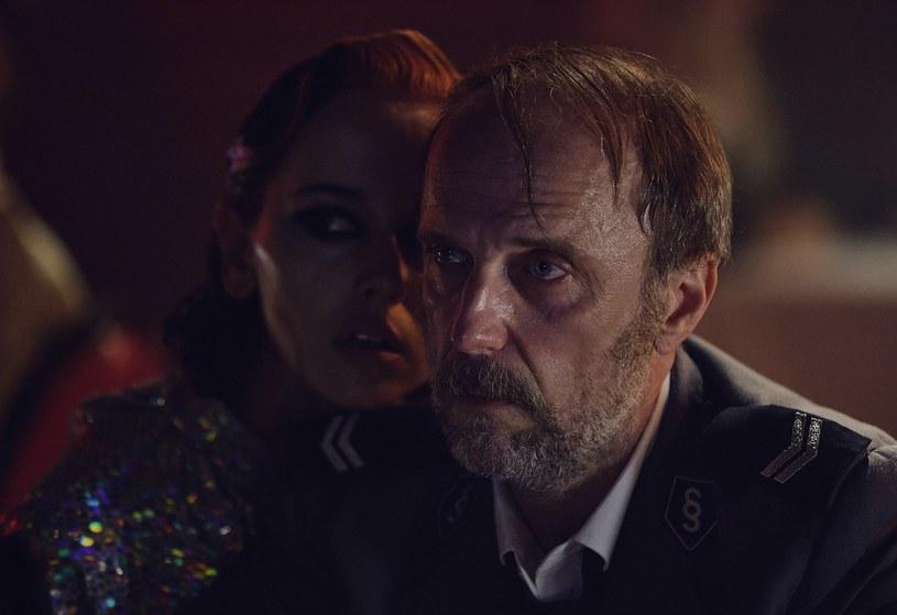 """7 lipca na Netflix premierę będzie miał serial kryminalny """"Rojst '97"""" w reżyserii Jana Holoubka. W nostalgiczny klimat lat 90. widzów wprowadzi utwór """"Ostatni"""" w wykonaniu Tymka i Brodki. Za produkcję muzyczną odpowiada Urbanski."""